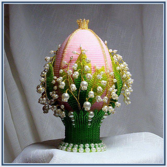Пасхальное яйцо, оплетенное бисером и украшенное ландышами